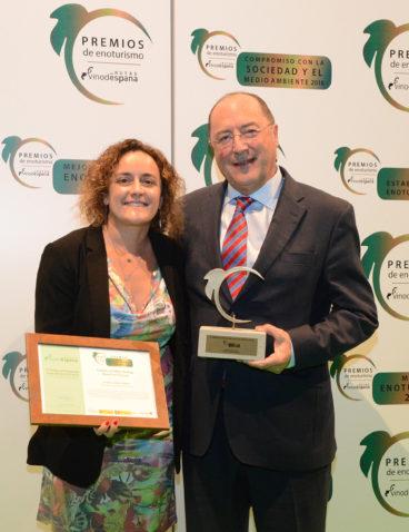Con Chelo Miñana recogiendo el Premio a Mejor Bodega Abierta al Turismo