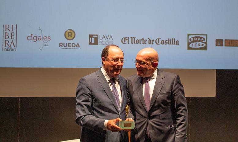 Recogiendo la Espiga de Honor de la Seminci de manos de Jesús Julio Carnero, presidente de la Diputación de Valladolid