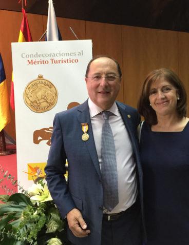 Recogiendo la Medalla al Mérito Turístico en Sostenibilidad y Calidad